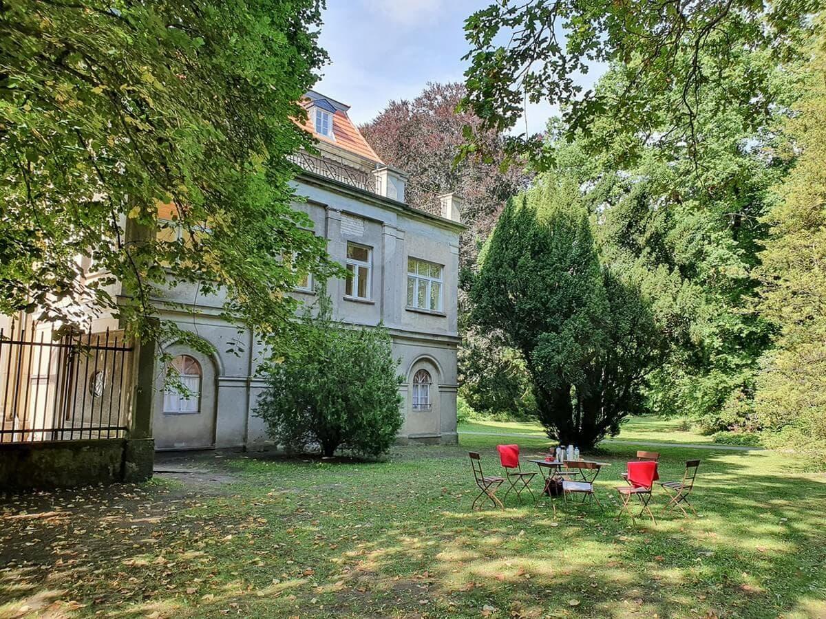 Kaffeetisch unter Bäumen vor dem Neuen Schloss in Tangermünde