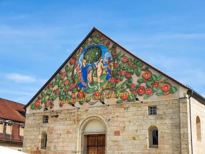 Paradiesgarten künstlerisch auf einer Hauswand dargestellt