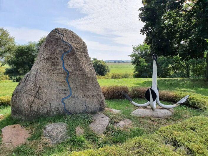 Großer Stein mit aufgezeichnetem Lauf der Elbe und Anker im Hintergrund