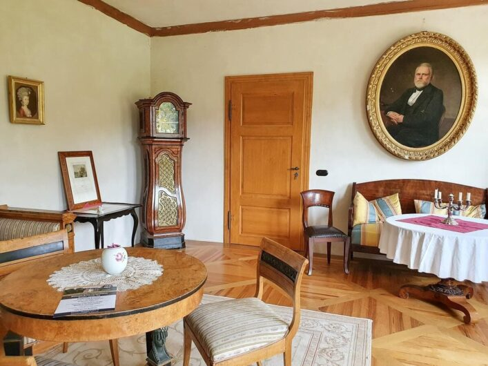 Wohnraum mit antiken Möbeln im Gutshaus Briest
