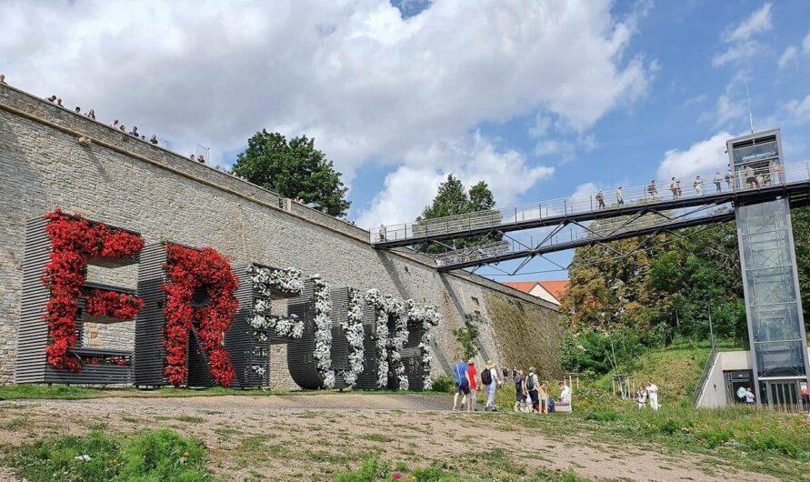 bepflanzter Erfurt-Schriftzug am Petersberg