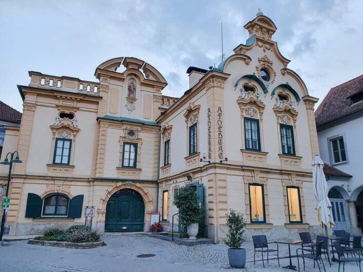 Reich verzierte Fassade der Hartberger Apotheke