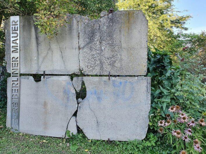 Rest der Berliner Mauer im Schaugarten von Bella Bayer