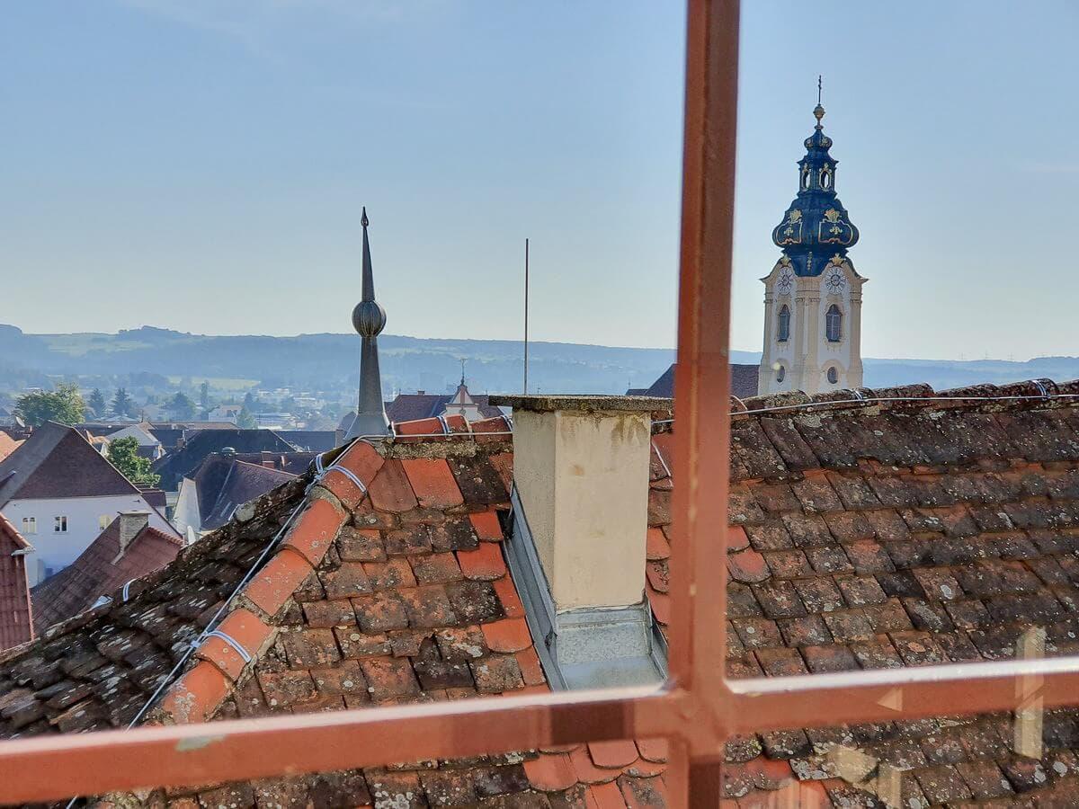 Blick über die Dächer zum Kirchturm von Hartberg
