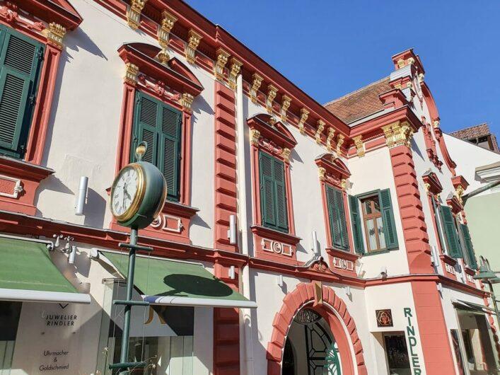 Fassade des Haus des Juweliers mit goldenen Friesen