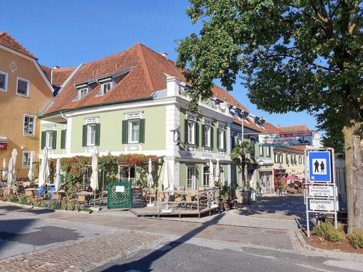 Blick auf den Beginn der Fußgängerzone in Hartberg in der Steiermark