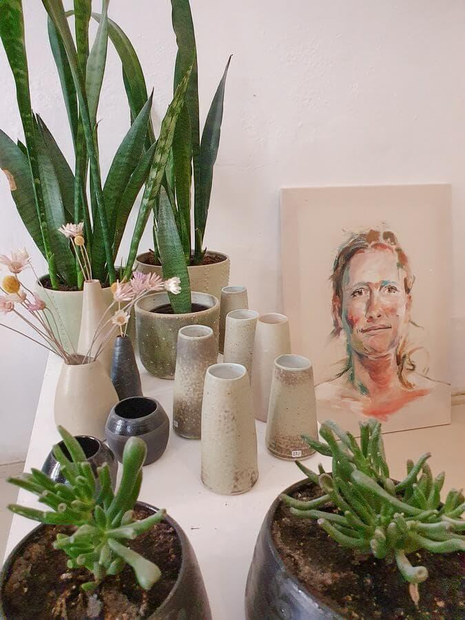 Vasen aus Keramik und ein Porträt auf Keramikkachel im Atelier von Petra Saurugg