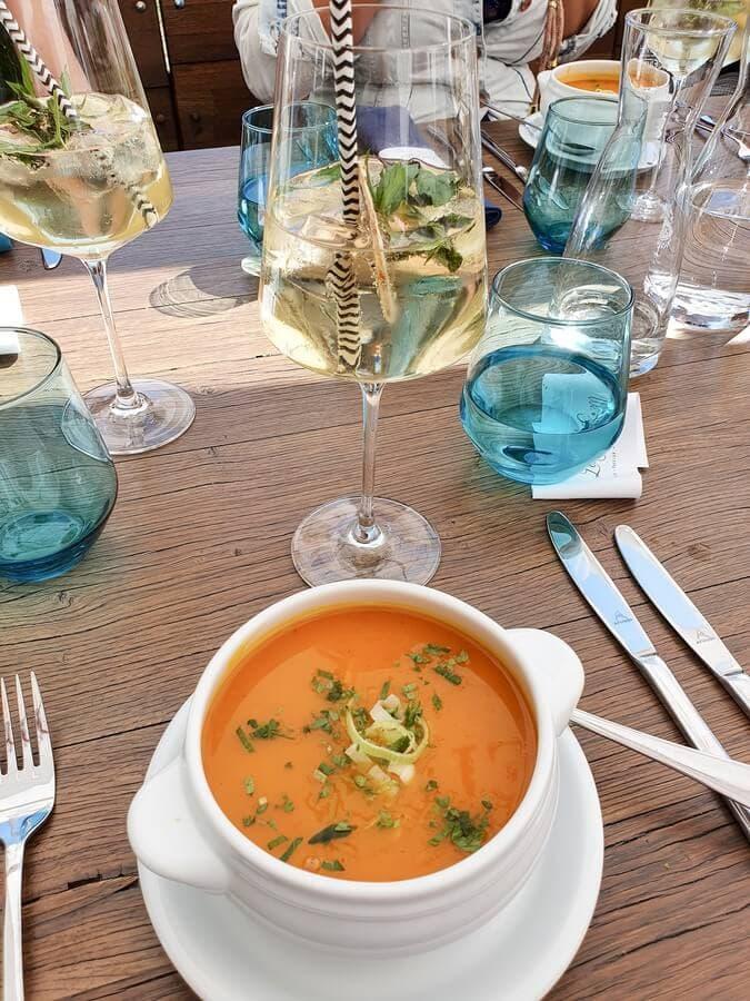 Kürbissuppe auf gedecktem Tisch