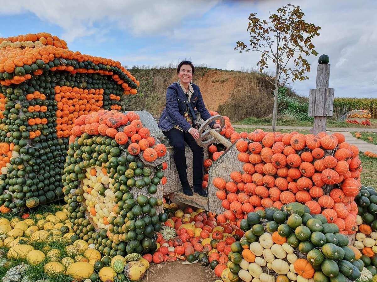 Martina auf einem aus Kürbissen gestalteten Traktor