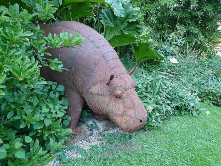 Nilpferd-Skulptur im Garten von Bella Bayer