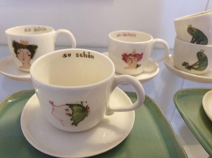 Tassen mit aufgemalten Märchenfiguren